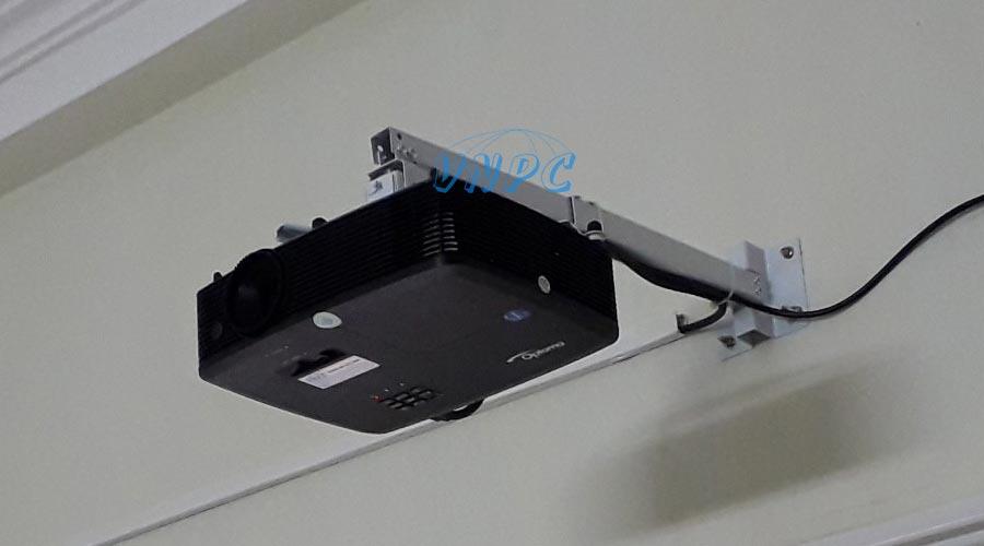 Lắp đặt máy chiếu treo tường cố định